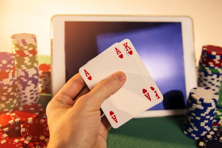 Learn and explore some winning tricks of online poker if you are a beginner