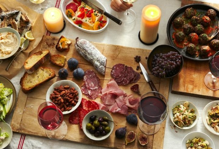 How Holiday Catering At Home Or Office Can Make Throwing Parties Stress-Free